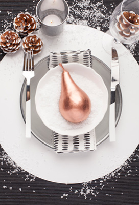BE MERRY WITH A MONOCHROME CHRISTMAS TABLE